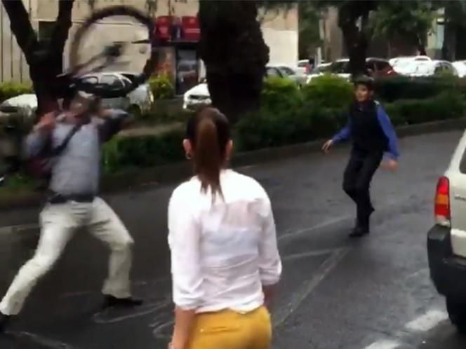 El agresor lanza la bicicleta contra el afectado, quien le grita que se calme.