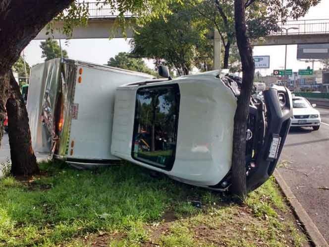 Bomberos apoyan al retiro del vehículo accidentado.