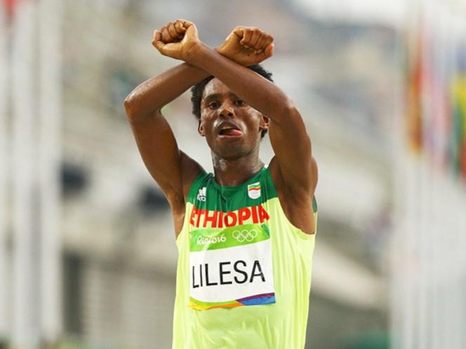 El maratonista Feyisa Lilesa Teme morir y el Gobierno de Etiopía dice que lo recibirá como 'héroe (Fotos: Reuters)