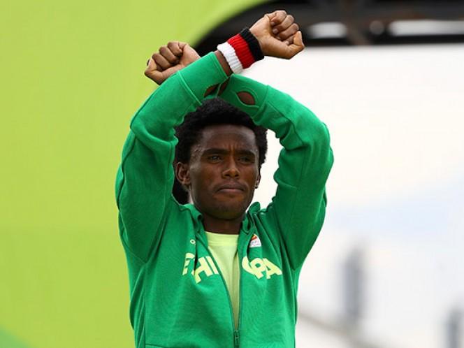 El maratonista Feyisa Lilesa Teme morir y el Gobierno de Etiopía dice que lo recibirá como 'héroe (