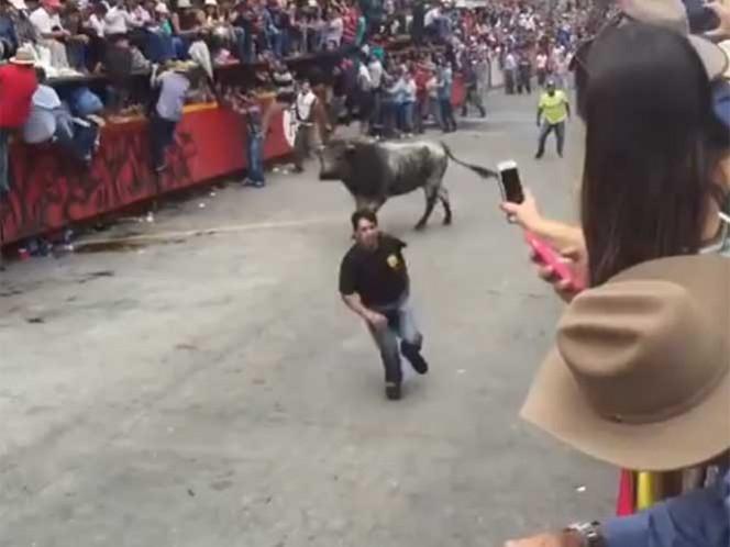 En el festejo donde se soltaron 28 toros de lidia, las autoridades reportaron cuatro personas lesionadas. Imagen tomada de YouTube