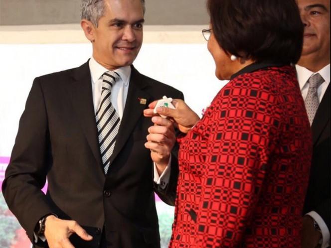 Miguel Ángel Mancera entregó las llaves de los departamentos a 63 familias.
