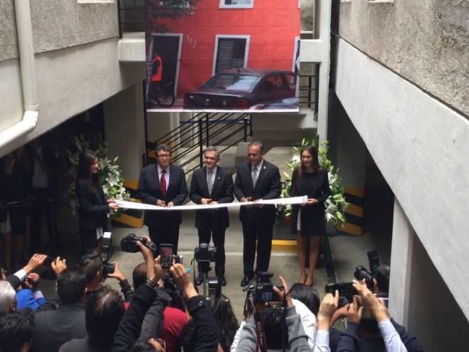 Miguel Ángel Mancera y Ricardo Moneal cortaron el listón en los departamentos entregados.