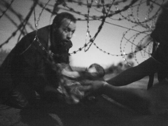 Warren Richardson obtuvo el premio mayor del World Press Photo por esta fotografía de dos refugiados en la frontera se Serbia y Hungría. (Foto: World Press Photo)