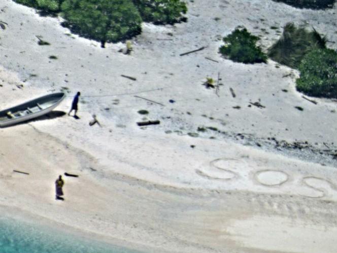 Rescatan dos marineros que escribieron SOS en una playa