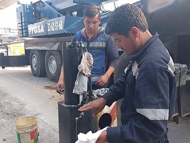Mecánicos especializados reparan el desperfecto para que la grúa pueda ser retirada. Foto: Ricardo Vitela
