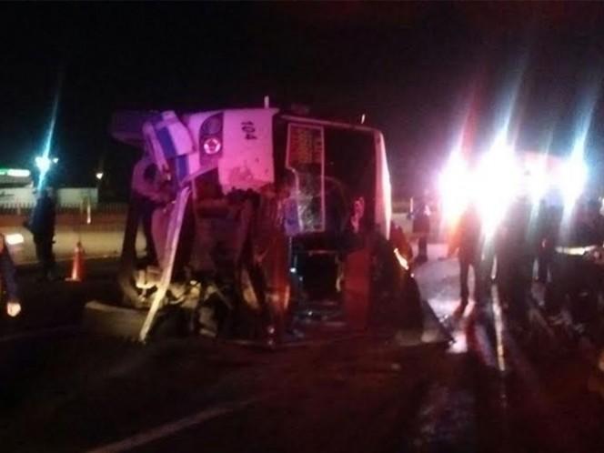 La volcadura de un autobús de pasajeros, provocada luego de que el chofer se quedara dormido, dejó como saldo 25 personas lesionadas en la autopista México-Puebla.