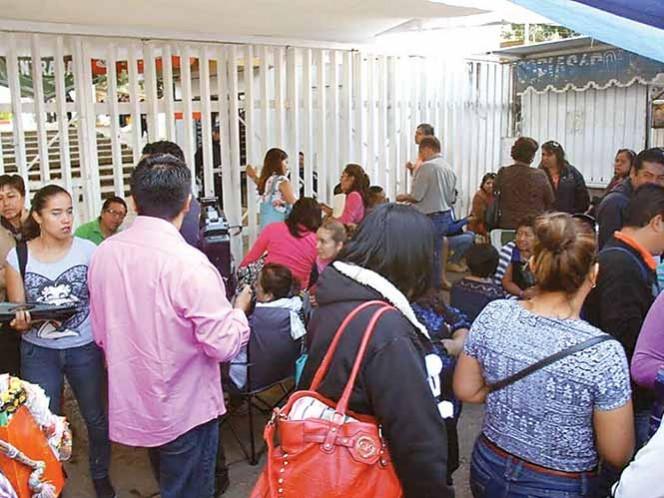 Docentes cercaron los accesos a la sede del Instituto Estatal de Educación Pública de Oaxaca.