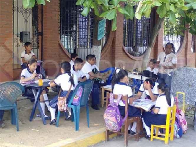 El profesor José Luis García de los Santos, de la escuela primaria Benito Juárez, fue el único maestro que dio clases en toda la región durante el paro del magisterio disidente. Foto: Quadratín