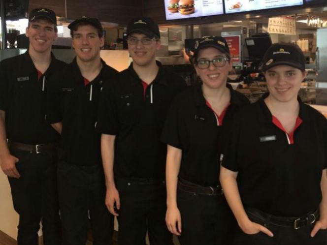 ESTADOS UNIDOS: Quintillizos trabajan en el mismo McDonald's