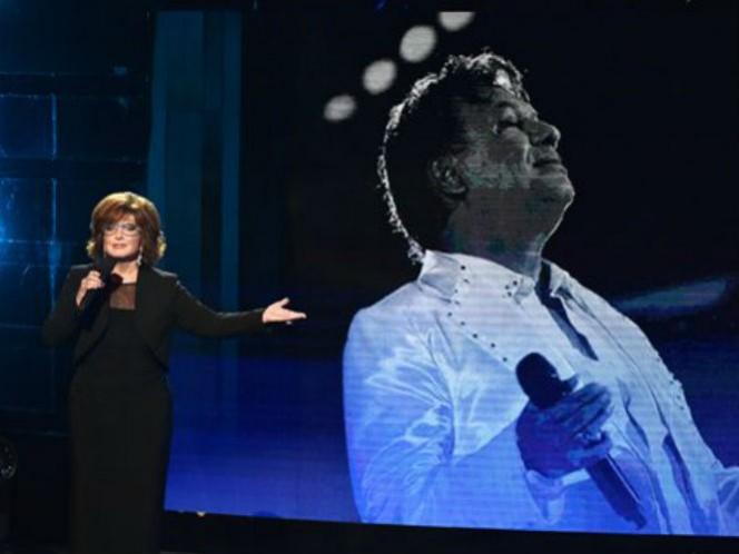 La actriz mexicana Angélica María y Don Francisco presentaron el homenaje a Juan Gabriel.