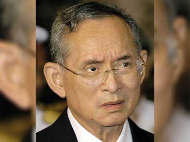 Fotografía de archivo (EFE) del 9 de octubre de 2004 del rey de Tailandia, Bhumibol Adulyadej.