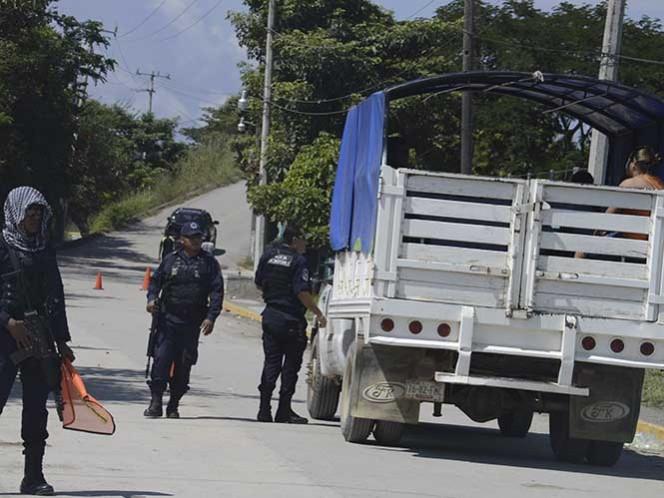 Policías comunitarios bloquean la carretera federal México-Acapulco