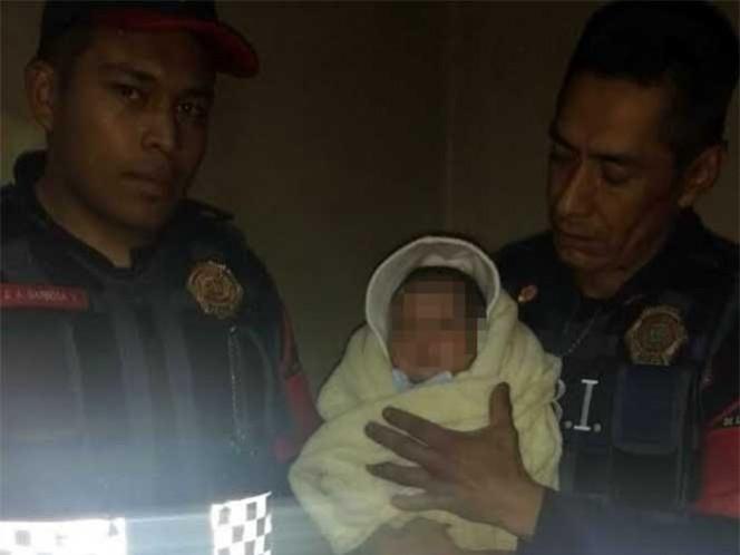 Elementos de la policía capitalina solicitaron atención médica para el bebé. Foto: Especial
