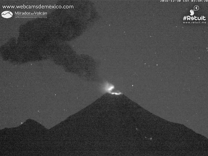 Volcán de Colima, a las 03:46 horas de este viernes. Foto: Webcams de México / Retuit