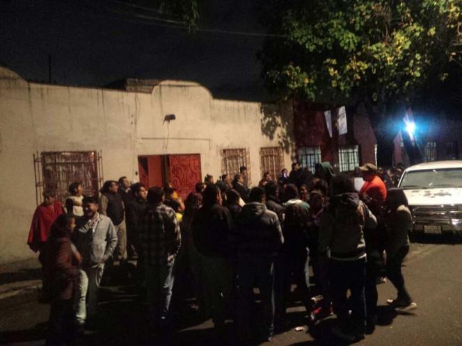Alrededor de 100 padres de familia protestaron por el cierre y retuvieron a funcionarios del IMSS; la menor de 4 meses falleció el pasado lunes