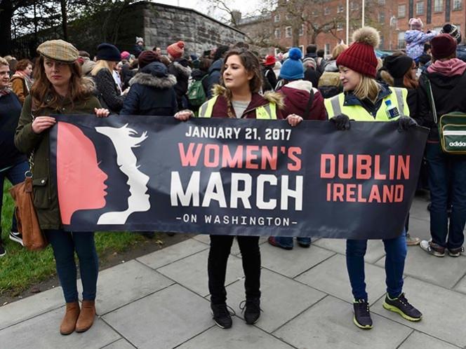 Mujeres salieron a las calles en Dublín, Irlanda, para manifestarse.