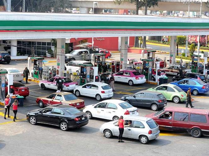 Cientos de automovilistas acuden a una gasolinera de la capital para comprar gasolina