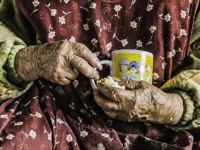 Se queda sin apoyo de adulto mayor porque se pasó de viejita