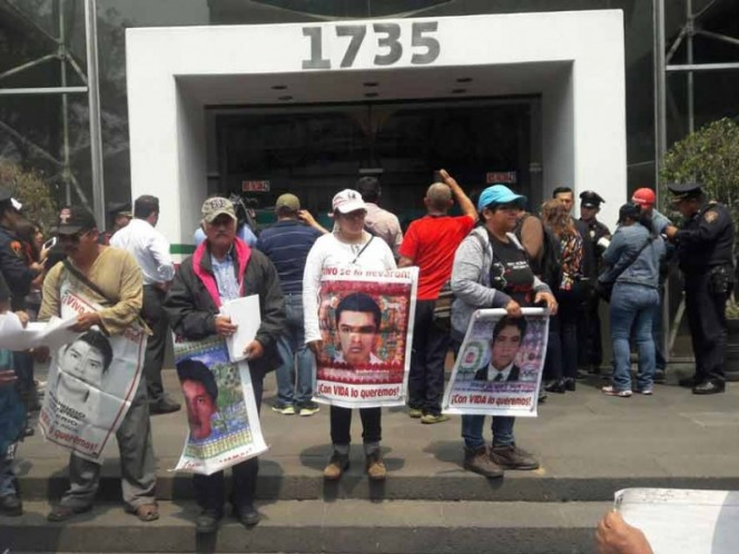 Padres de 43 se manifiestan en SFP; amenazan con radicalizar protestas