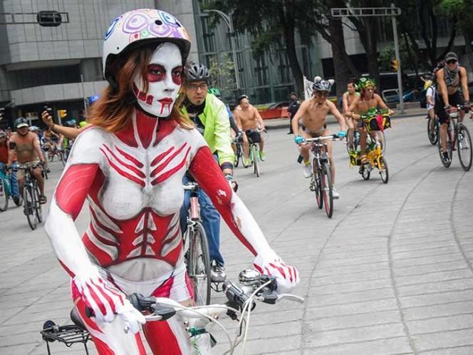 FOTOS: Cientos de ciclistas ruedan al desnudo por Paseo de la Reforma