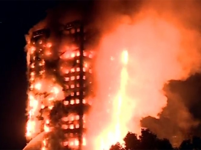 Espectacular incendio consume edificio en Londres