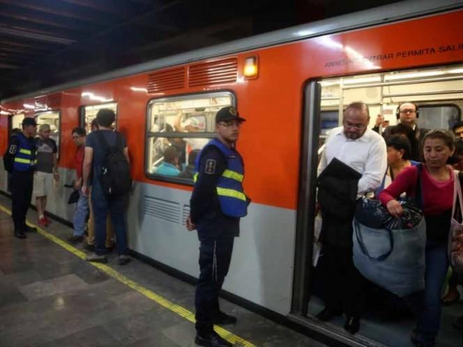 Rescatan a niño que quedó prensado en puerta del Metro