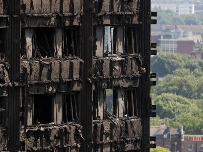 30 muertos por incendio, reina Isabel visita el barrio