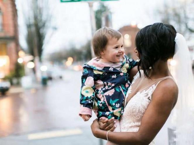 Bebita no cabe de emoción al confundir a una novia con una princesa