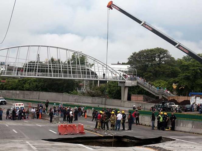 Socavón provoca cierre de Paso Express de Cuernavaca; cae auto