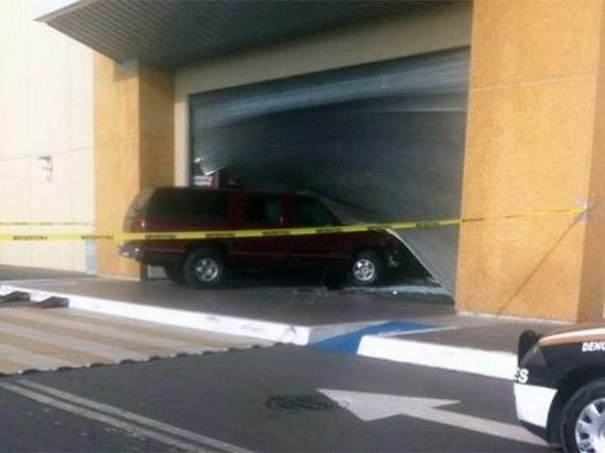 Derriban puerta con auto para robar joyas en tienda — Edomex