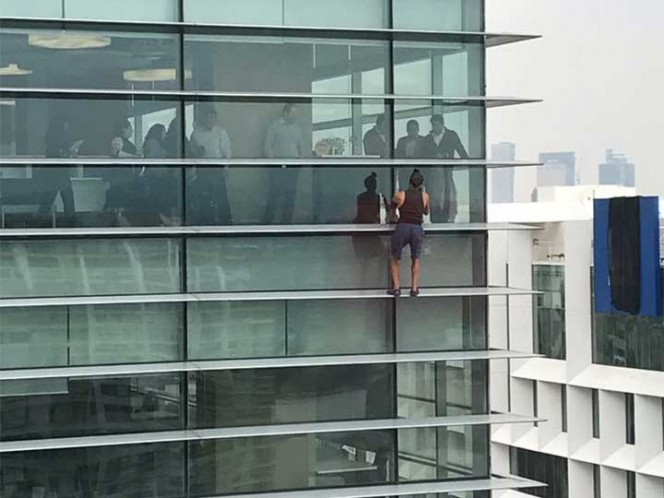 Al estilo Spiderman, hombre escala edificio en Polanco