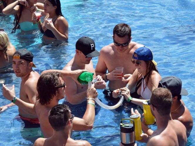 Jóvenes de EU beben alcohol en una alberca de un resort en Cancún, Quintana Roo, en 2016.
