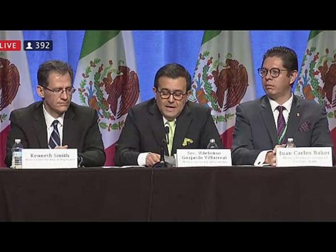 El secretario de Economía, Ildefonso Guajardo (centro), en la negociación del TLCAN.