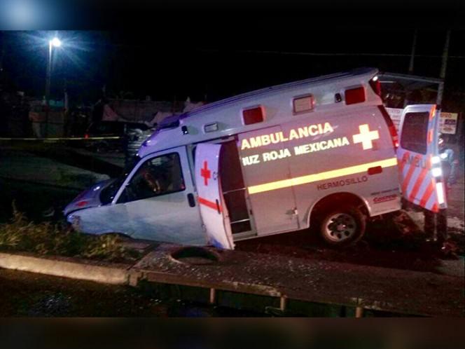 Cae a socavón ambulancia con mujer embarazada, en Hermosillo