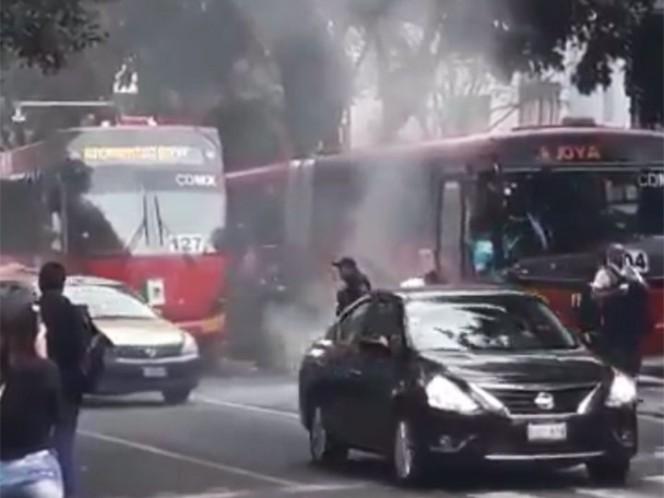 Controlan conato de incendio en unidad del Metrobús en Insurgentes
