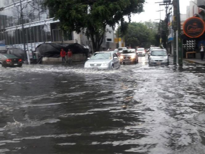 Fuerte lluvia inunda vialidades en la delegación Tlalpan