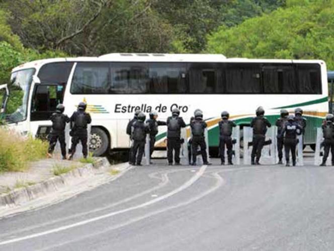 Normalistas de Ayotzinapa roban una pipa