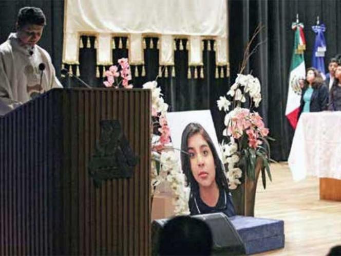 Familiares, maestros y 300 compañeros de Fátima realizaron una ceremonia para recordar a la joven. Los padres fueron custodiados por autoridades académicas para no dar entrevistas. Foto: Sunny Quintero