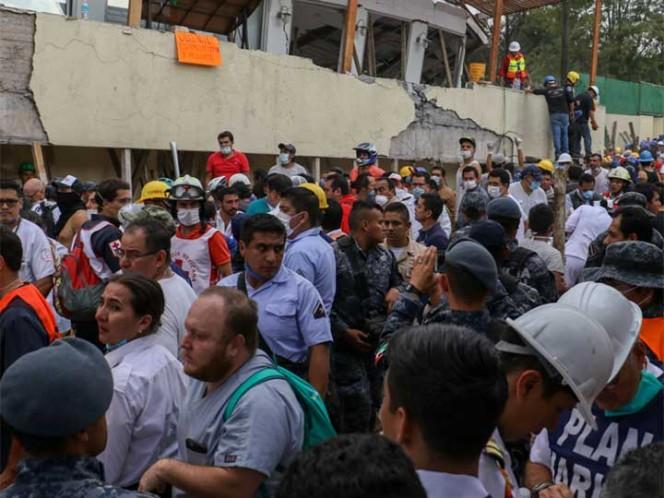Intentan de manera desesperada rescatar a niña — Terremoto en México
