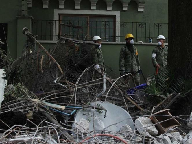 Elementos de las Fuerzas Armadas en las labores de rescate en el edificio de Amsterdam.