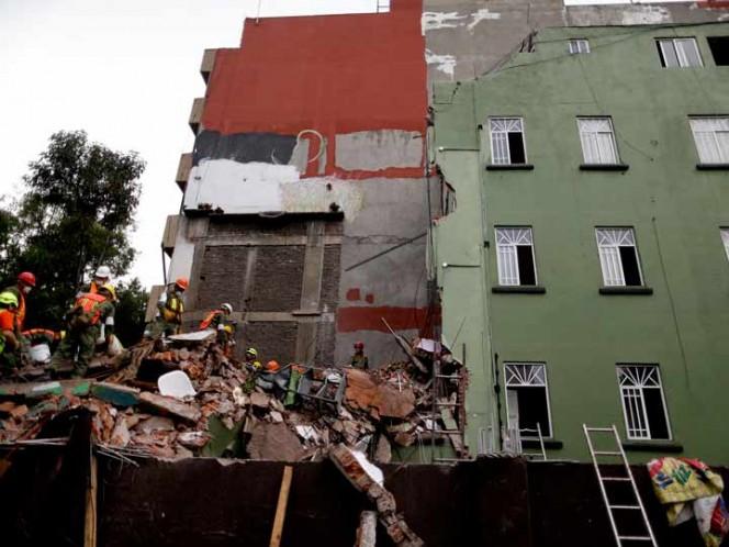 Aun así, conforme pasaban las horas se encontraban menos víctimas vivas y la cifra oficial de muertos subió a 273 en la capital y varios estados cercanos, con 137 fallecidos en Ciudad de México. (Foto: AP)