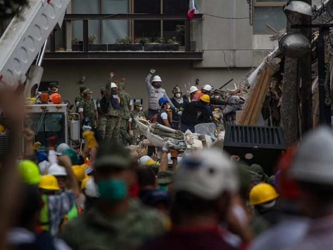 Hallan cuerpos de 2 mujeres en edificio colapsado