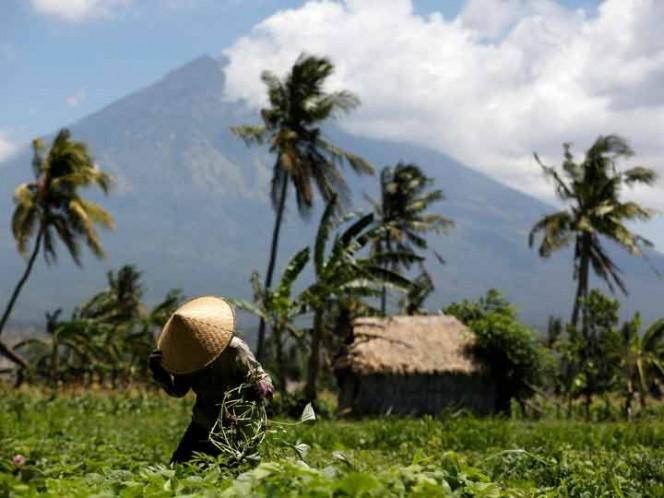 La última vez que el Monte Agung entró en erupción fue en 1963 cuando arrojó ceniza a más de 20 kilómetros de alto y ríos de lava de hasta 7.5 kilómetros de distancia,