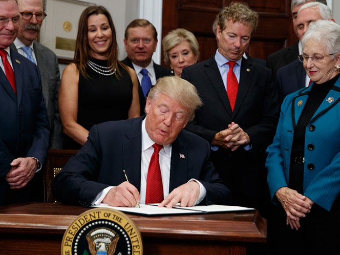 Presidente Trump firma orden ejecutiva sobre Obamacare