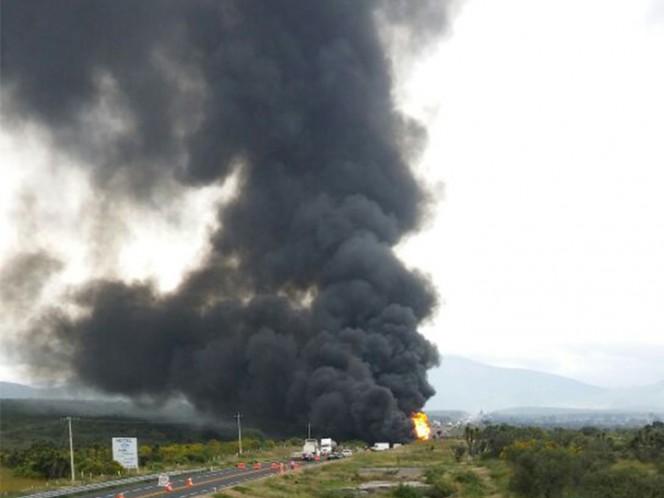Una pipa de doble remolque cargada con gasolina impactó dos vehículos y estalló en la autopista Cuacnopalan-Oaxaca