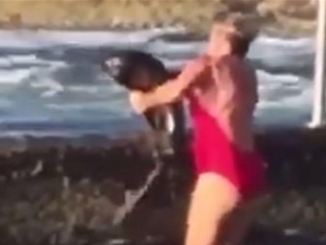 Con sus propias manos, mujer devuelve a un tiburón al mar