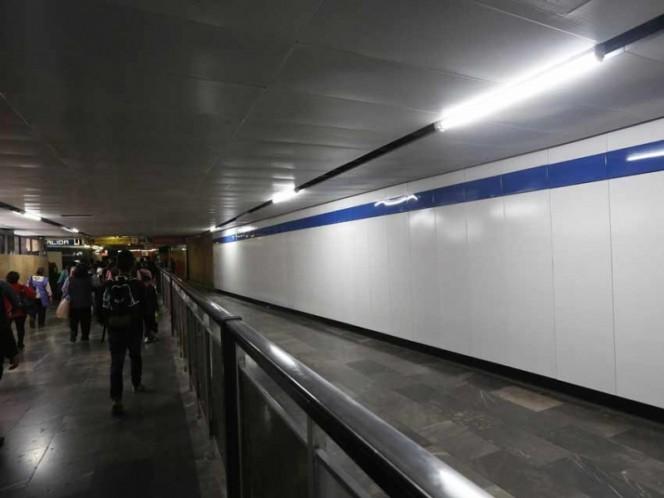 Escapa de captores; pide ayuda en Metro