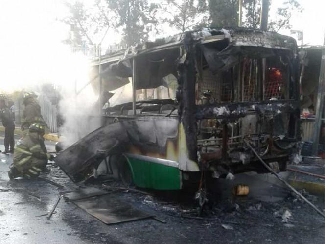 Incendio de micro alarma a usuarios en paradero Taxqueña
