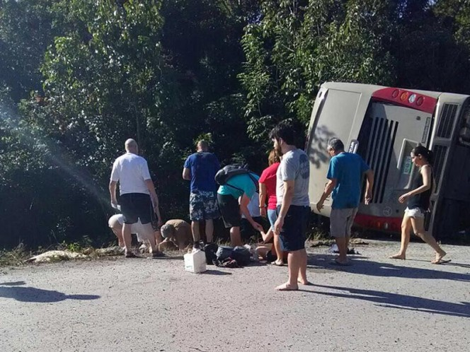 Autobús con turistas extranjeros vuelca en carretera a Mahahual; reportan 11 muertos